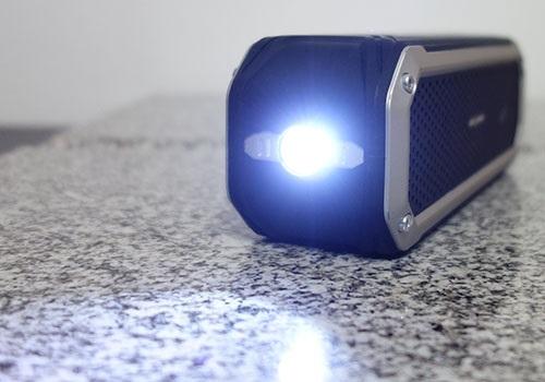Világító LED dióda az AlzaPower Rage R2 oldalán
