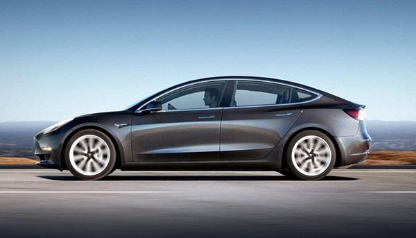 Tesla Model 3; boční pohled